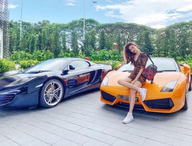 """Lan Khuê tạo dáng bên siêu xe, khoe chân dài thẳng tắp khi đi du lịch ở Singapore. Cuộc sống sau kết hôn của Lan Khuê cũng được chú ý bởi liên tục nhận những món quà đắt đỏ của ông xã gia thế """"khủng""""."""