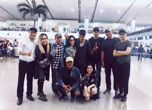 Lý Nhã Kỳ cùng một số cộng sự tiễn ê-kíp Hàn Quốc về nước sau khi bộ phim phải ngừng quay. Ảnh: FBNV.