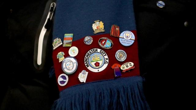 Những tấm huy hiệu kỷ niệm được bày bán bên ngoài sân Vicarage Road