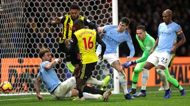 Mãi tới phút 85, đội chủ nhà mới ghi được bàn thắng, Doucoure đã sút tung lưới Man City ở cự ly gần