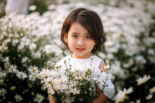 """Hai """"thiên thần nhí"""" cực xinh nổi bật ở vườn cúc họa mi - 12"""