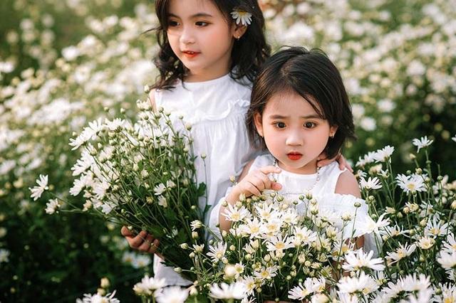 """Hai """"thiên thần nhí"""" cực xinh nổi bật ở vườn cúc họa mi - 11"""