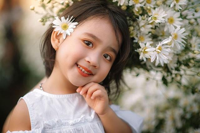 """Hai """"thiên thần nhí"""" cực xinh nổi bật ở vườn cúc họa mi - 8"""