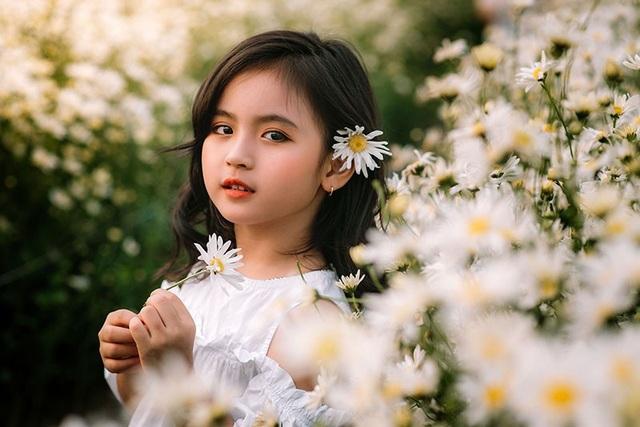 """Hai """"thiên thần nhí"""" cực xinh nổi bật ở vườn cúc họa mi - 9"""