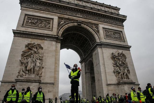 Người biểu tình Áo gile vàng chiếm giữ Khải Hoàn Môn. (Ảnh: AFP)