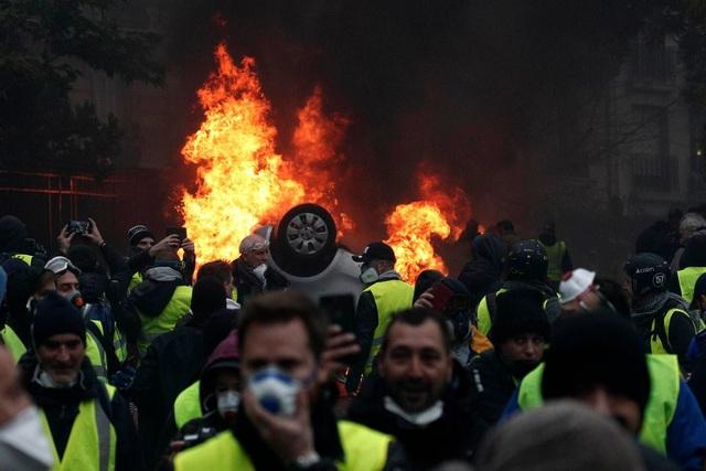 Áo vàng trở thành biểu tượng cho phong trào bởi các cuộc biểu tình khởi nguồn từ giới tài xế. (Ảnh: EPA)
