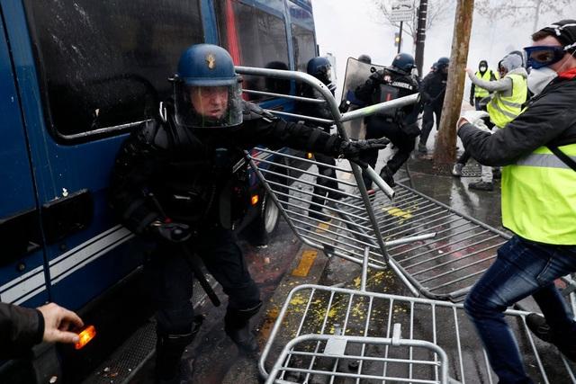 Cuộc biểu tình ôn hòa biến thành bạo động. (Ảnh: EPA)