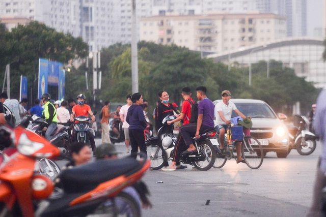Cảnh mua bán vé nhộn nhịp trước cổng SVD Mỹ Đình.
