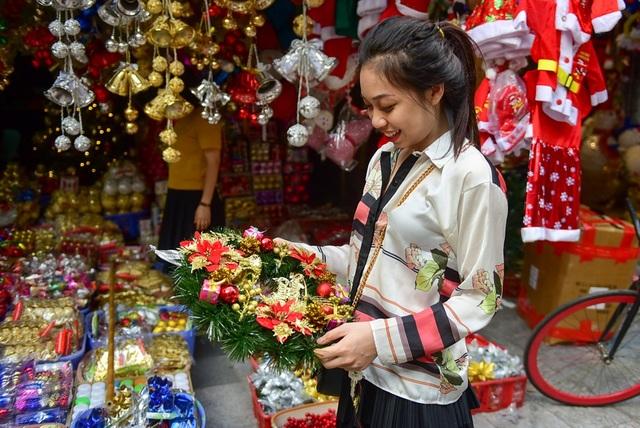 Một vị khánh đã chon được chiếc vòng hoa ưng ý để về trang trí nhà trong dịp giáng sinh tới.