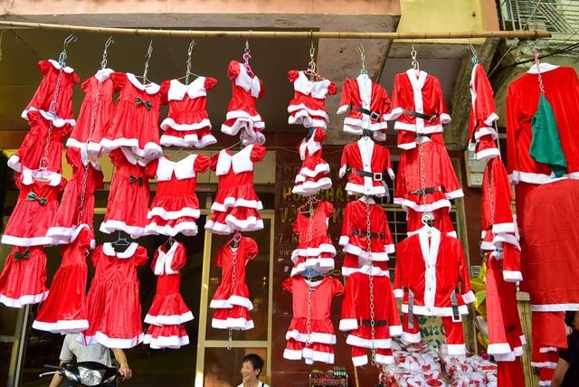 Quần áo ông già Noel dành cho em bé có giá từ 80 - 150 nghìn đồng/bộ, tùy kích cỡ và chất liệu…