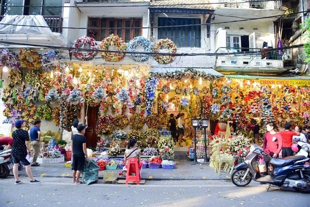 Tuy mới những ngày đầu của tháng 12, trên dọc tuyến phố Hàng Mã (Hà Nội) đã rộn ràng với nhiều đồ trang trí dành cho lễ Giáng sinh. Theo ghi nhận của PV, đồ chơi cũng như đồ trang trí Giáng sinh năm nay khá đa dạng về mẫu mã và kiểu dáng.