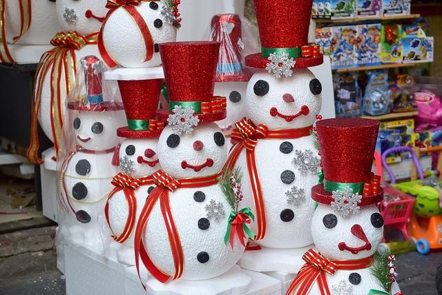 Những hình người tuyết bằng xốp cũng được nhiều cửa hàng bày bán.