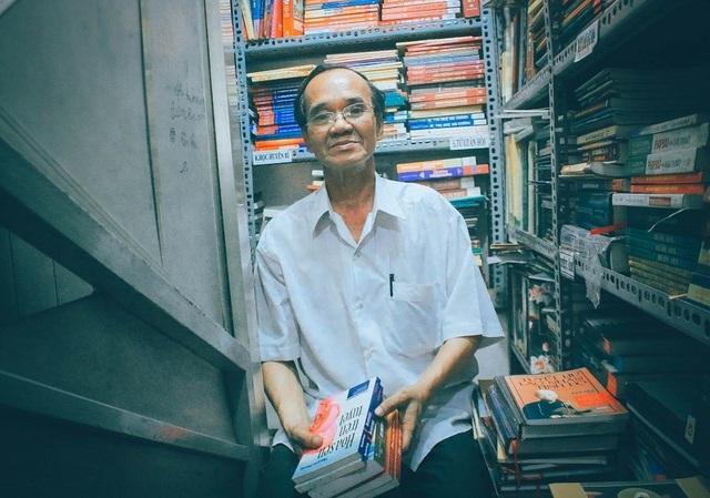 Từ ngày mở tiệm sách, ông Cần có cơ hội gặp gỡ, tiếp xúc với nhiều người.