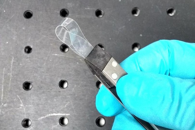 Ra đời loại vật liệu… dày hơn khi được kéo giãn - 1