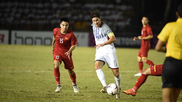 Phil Younghusband (giữa), đội trưởng tuyển Philippines được sinh ra ở Anh và từng được đào tạo ở Chelsea