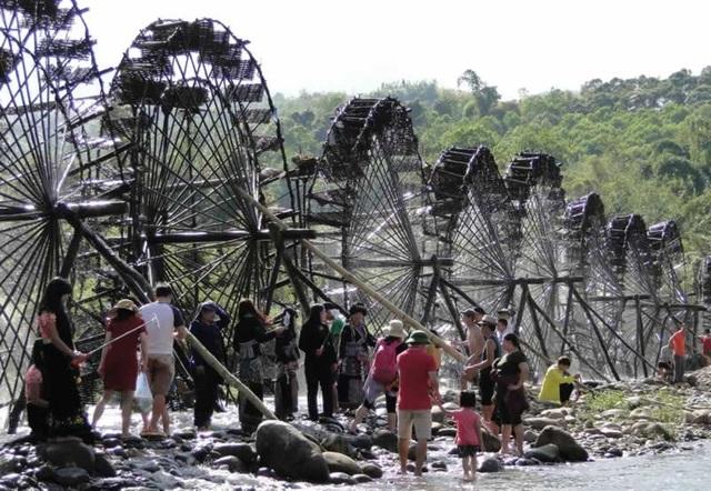 Du khách thích thú với văn hóa độc đáo ở Sin Suối Hồ (ảnh: vietnamtouris)