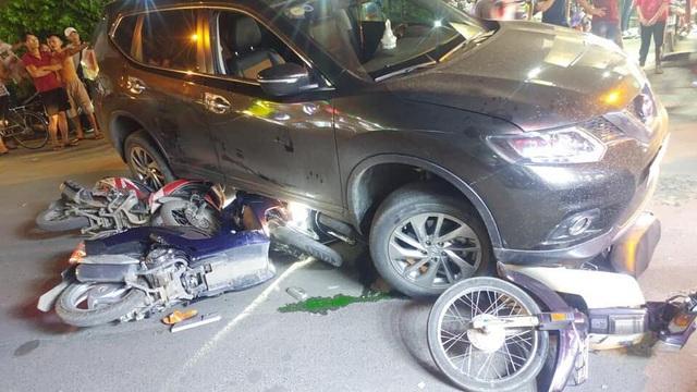 Ô tô tông hàng loạt xe máy, 4 người bị thương - 3