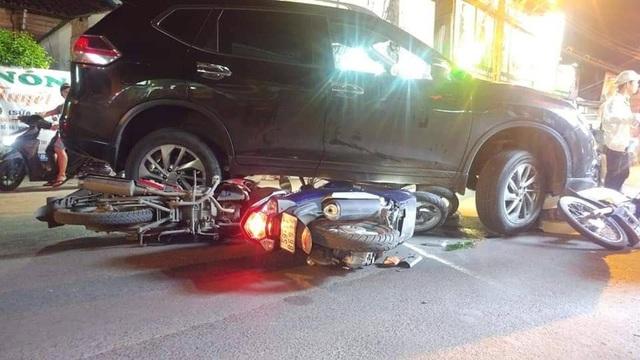 Ô tô tông hàng loạt xe máy, 4 người bị thương - 1