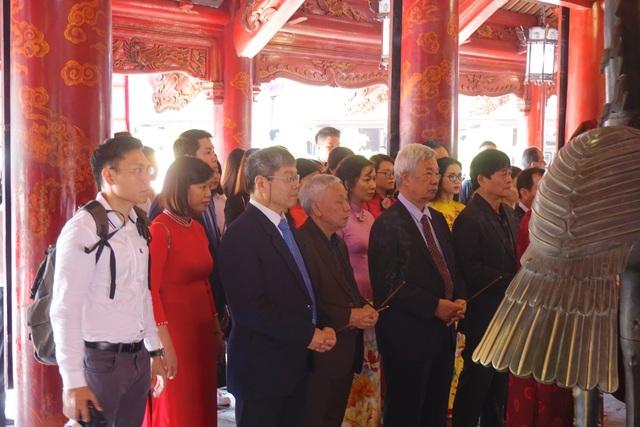 Thầy và trò trường ĐH Thăng Long dâng hương tại Văn Miếu Quốc Tử Giám - Hà Nội
