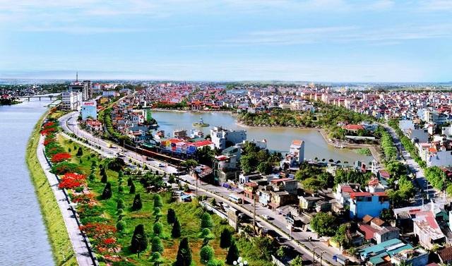 Thành phố Phủ Lý nằm ở vị trí cửa ngõ phía nam Hà Nội và cũng là thành phố ngã ba sông hợp lưu lại là sông Đáy, sông Châu Giang và sông Nhuệ (ảnh hanam.gov.vn)