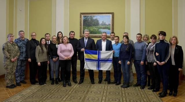 Tổng thống Poroshenko (giữa) và người thân của các thủy thủ bị Nga bắt giữ gặp mặt tại Kiev ngày 4/12. (Ảnh: AP)