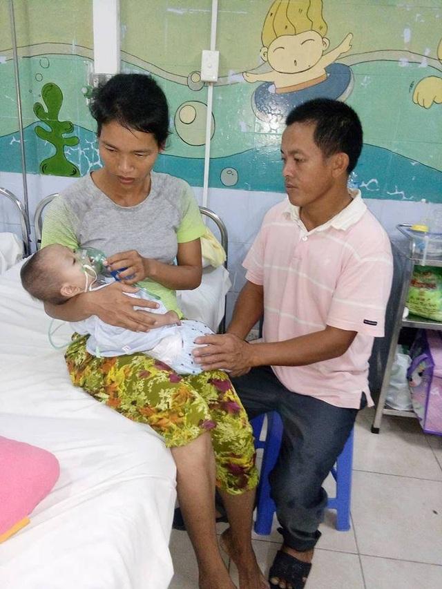 Vợ chồng anh Hồ đăng chăm sóc con tại Phòng 519 - Khoa Nhi, Trung tâm Tim mạch - Bệnh viện E Hà Nội.