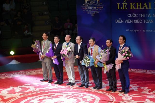 NSND Lê Tiến Thọ - Chủ tịch Hội Nghệ sĩ Việt Nam tặng hoa cho Hội đồng giám khảo.