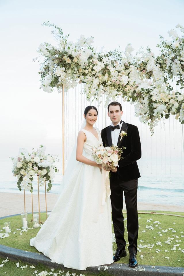 Hoa hậu Hoàn vũ Thái Lan năm 2007 Farung Yuthithum và bạn trai doanh nhân Andrian Zahariev chính thức về một nhà sau nhiều năm hò hẹn