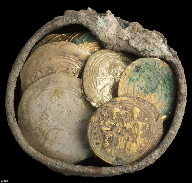 Hũ tiền vàng được cất giấu suốt 900 năm