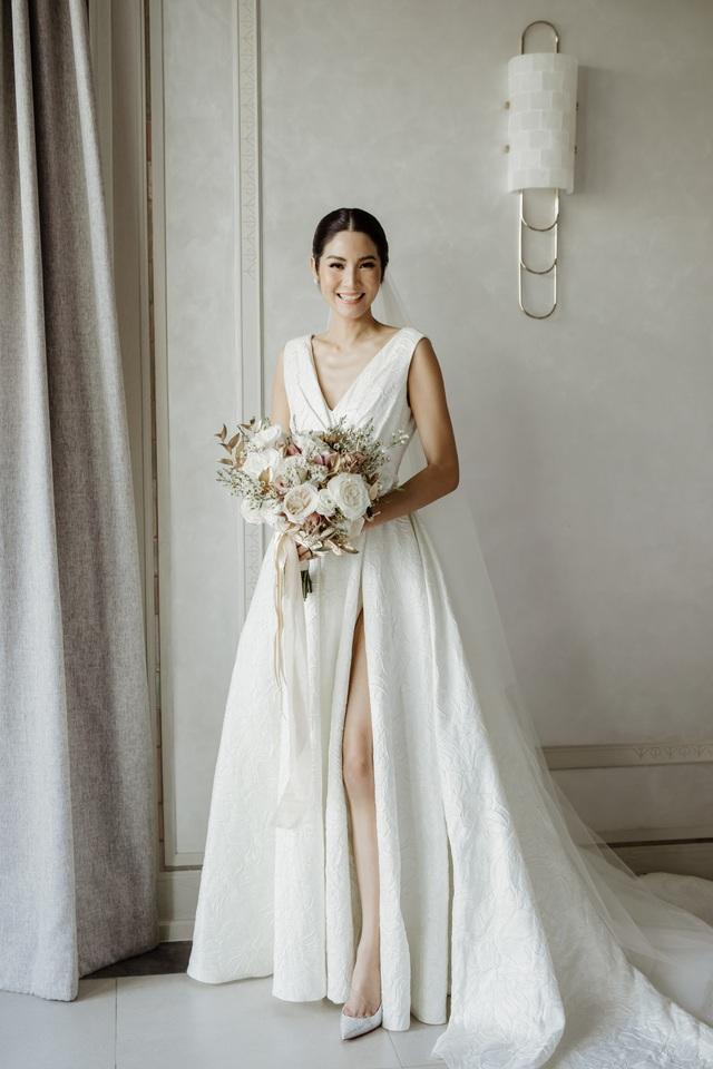 Cô dâu xinh đẹp diện váy cưới sang trọng và tinh tế trong ngày trọng đại của mình