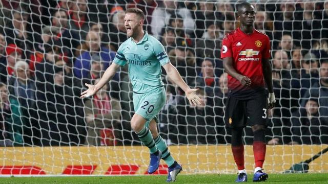 Mustafi ăn mừng pha ghi bàn nhờ sai lầm của De Gea