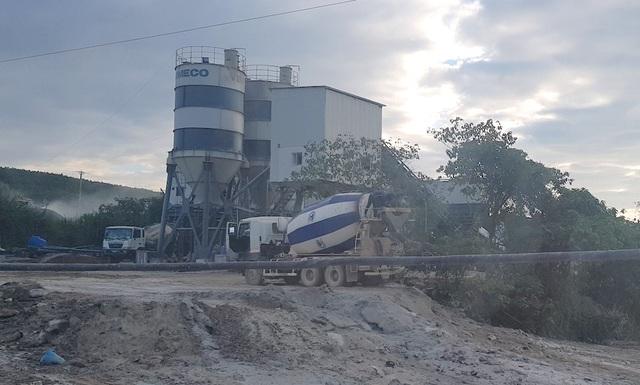Thời điểm phóng viên có mặt tại khu vực dòng suối ngay chạy bên cạnh trạm trộn bê tông thương phẩm của công ty VIMECO, có 2 chiếc xe trộn bê tông đang nghiêng xả thẳng những chất thải còn lại trong bồn xuống dòng suối.