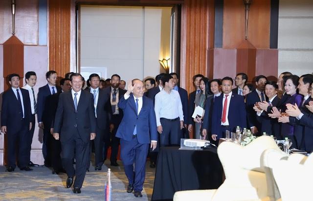 Thủ tướng Nguyễn Xuân Phúc và Thủ tướng Hun Sen bước vào nơi tổ chức Diễn đàn