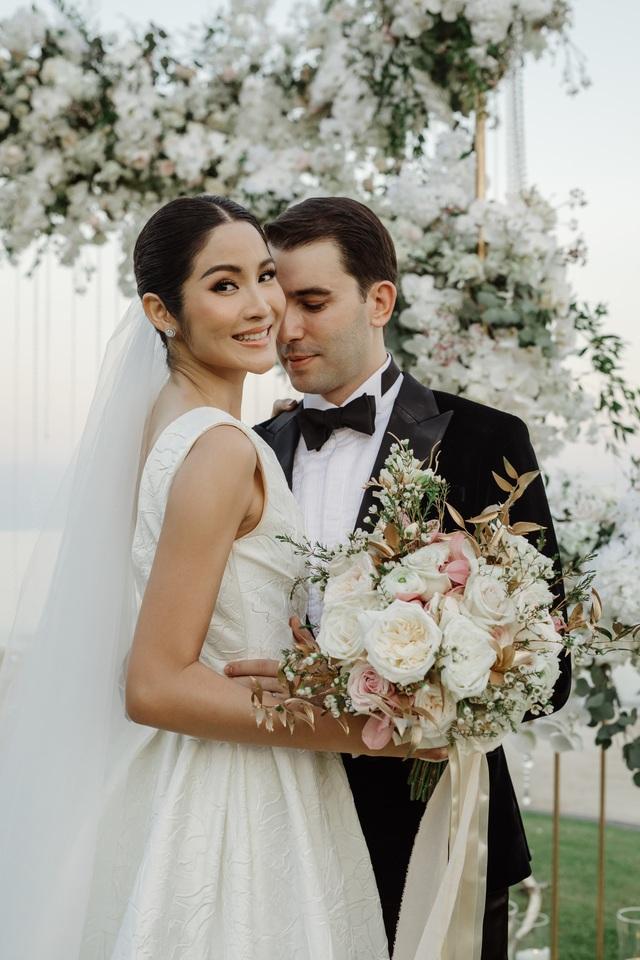 Hôn lễ đẹp như mơ của người đẹp và doanh nhân diễn ra bên bờ biển