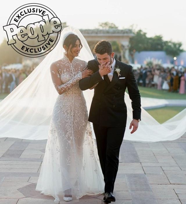 Cặp đôi đã chia sẻ những hình ảnh đẹp như mơ trong hôn lễ tại Jodhpur. Cô dâu diện váy Ralph Lauren trong ngày cưới