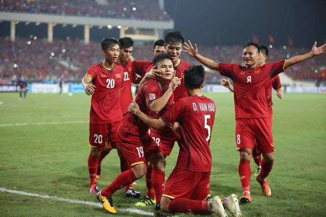 Các cầu thủ Việt Nam ăn mừng bàn mở tỉ số của Quang Hải