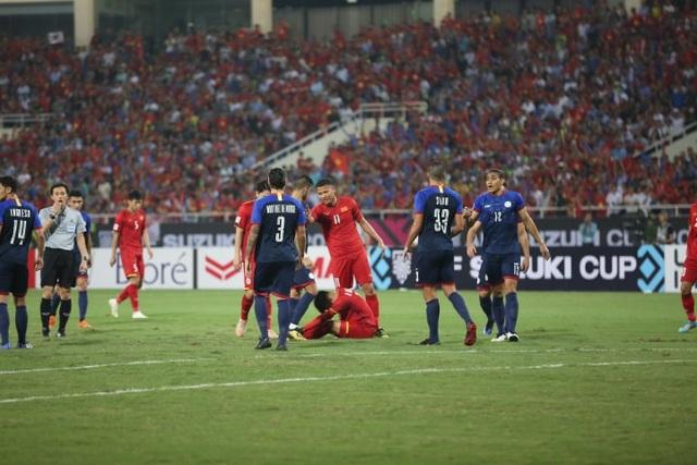 Quang Hải bị Silva phạm lỗi ngay ở phút thứ 5