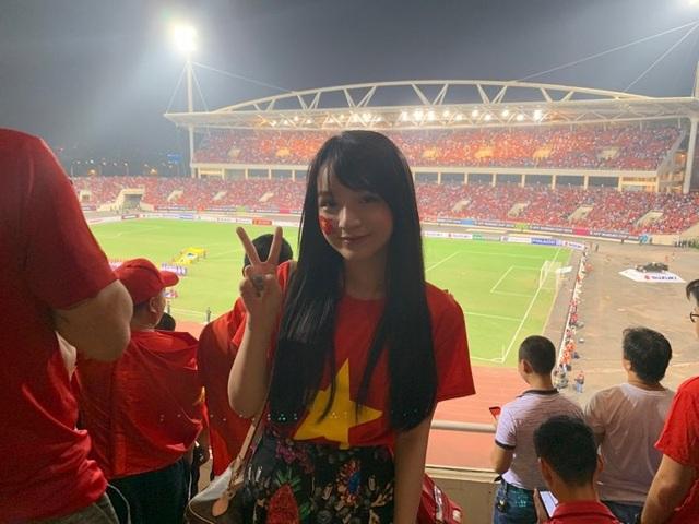 Bạn Đặng Khánh Hà, du học ở Australia sinh năm 1999 về nước đến sân Mỹ Đình cổ vũ đội tuyển Việt Nam.
