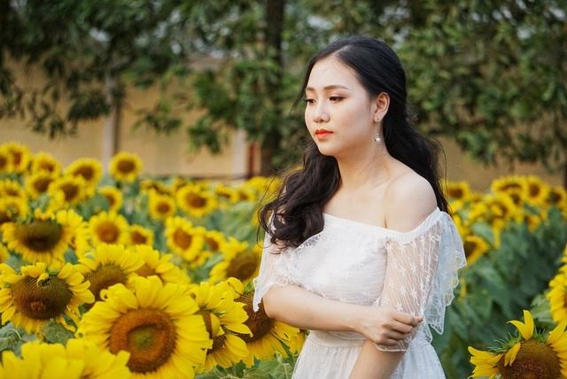 Thiếu nữ xinh đẹp khoe sắc giữa vườn hướng dương.