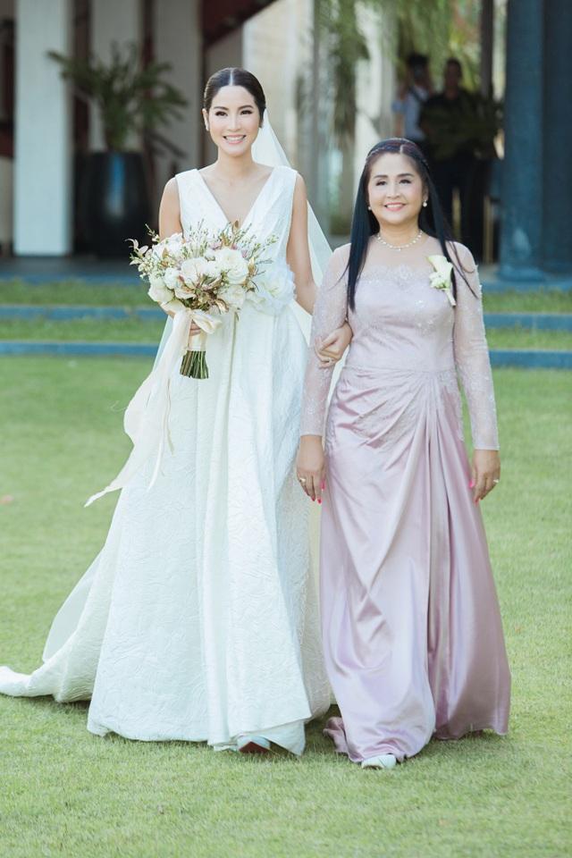 Farung Yuthithum bên người mẹ xinh đẹp của cô
