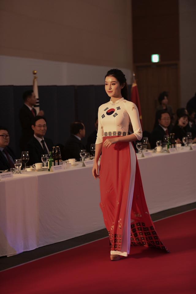 Á hậu Huyền My duyên dáng trong tà áo dài Quốc kỳ Hàn Quốc.