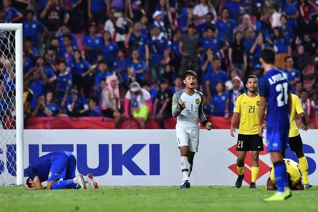 Người Malaysia vào chung kết AFF Cup 2018 sau quả 11m hỏng ăn của Adisak ở phút 90+5