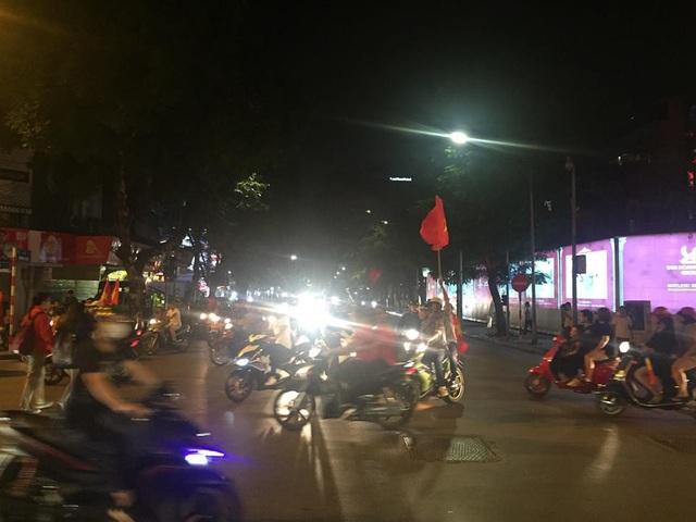 Người dân di chuyển về khu vực bờ Hồ Hoàn Kiếm để ăn mừng chiến thắng.