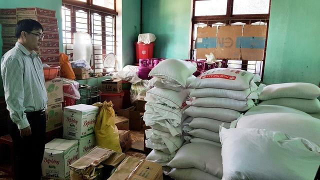 Dự trữ lương thực cho học sinh miền núi Tây Giang trong mùa mưa lũ. Các em học sinh dân tộc ở huyện miền núi Tây Giang được hỗ trợ từ chính sách của Trung ương và tỉnh