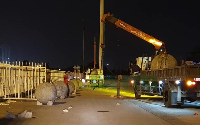 Đêm qua (5/12), 40 quả bóng xích đã được di chuyển khỏi sân Mỹ Đình.