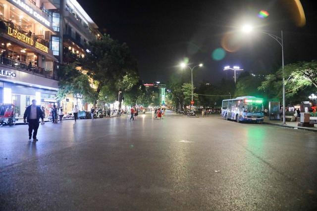 Khu vực gần quảng trường Đông Kinh Nghĩa Thục chỉ còn người đi bộ, xe máy đã bị cấm vào đây.