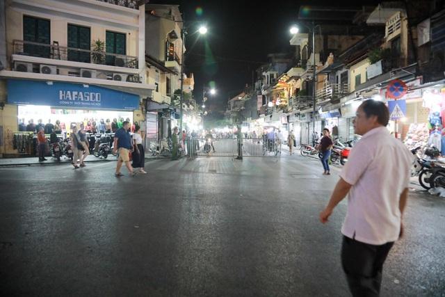 Tương tự đường Hàng Đào cũng được rào chắn.