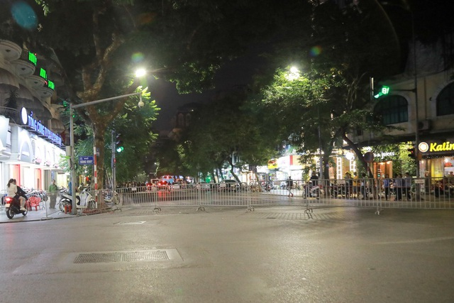 Đoạn đường Hàng Khay giao Bà Triệu được lực lượng dùng rào sắt để ngăn đường.