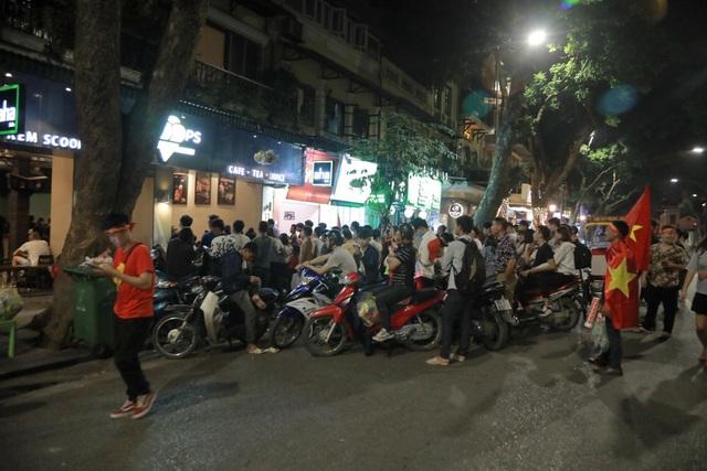 Nhiều người đang theo dõi trận đấu Việt Nam gặp Philippines trong khu vực rào chắn.