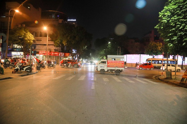 Theo đó trên địa bàn quận Hoàn Kiếm, lực lượng chức năng đã tiến hành rào tất cả các ngả đường dân vào khu vực bờ hồ Hoàn Kiếm để đảm bảo an ninh trật tự trên địa bàn.